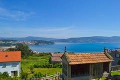 Ländliche schöne Stadt mit Bauernhöfen und Meer und Berge am BAC Stockfoto