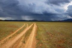 Ländliche Straße Mongolei mit zwei Wüsten Stockfotografie