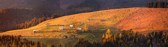 Ländliche Szene des Herbstes in den Bergen Herbsthügelpanorama Lizenzfreies Stockbild