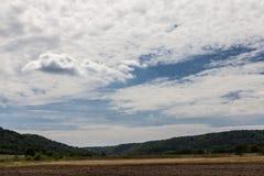 Ländliche Szene mit recht bewölktem Himmel Lizenzfreie Stockbilder