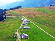 Ländliche traditionelle Architektur und Bauernhöfe mit Viehhaltung in der Obertoggenburg-Region, Stein stockfoto