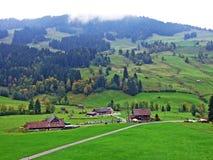 Ländliche traditionelle Architektur und Bauernhöfe mit Viehhaltung in der Obertoggenburg-Region, Stein stockfotos