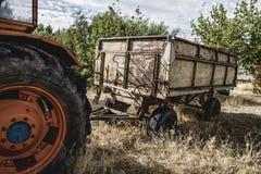 ländlicher, alter landwirtschaftlicher Traktor verlassen auf einem Bauernhofgebiet Stockbilder