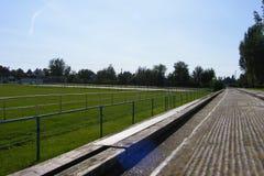 Ländlicher Fußball, Fußballneigung genommen von der Haupttribüne auf einem sonnigen Frühling, Sommertag Stockfotos