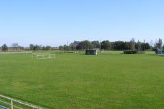 Ländlicher Fußball, Fußballneigung genommen von der Haupttribüne auf einem sonnigen Frühling, Sommertag Lizenzfreie Stockfotos