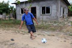 Ländlicher honduranischer Mann, der Fußball spielt Lizenzfreie Stockbilder
