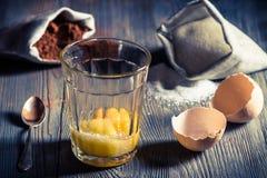 Ländlicher Nachtisch gemacht von den Eigelben, vom Zucker und vom Kakao Lizenzfreie Stockfotos