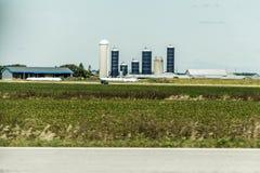 Ländlicher Ontario-Bauernhof mit Scheunen-Silospeicherlandwirtschaftstiere Kanada-Landwirtschaft Lizenzfreies Stockbild
