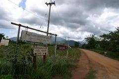 Ländlicher Schotterweg Thailand lizenzfreies stockfoto