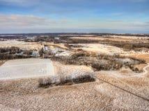 Ländliches Ackerland während des Winters in Minnesota gesehen von oben genanntem durch Dro Lizenzfreie Stockfotos