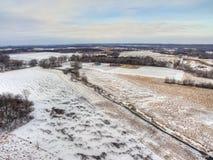 Ländliches Ackerland während des Winters in Minnesota gesehen von oben genanntem durch Dro Stockfotos