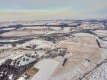Ländliches Ackerland während des Winters in Minnesota gesehen von oben genanntem durch Dro Stockbilder