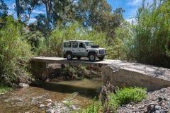 Ländliches Andalusien spanien 06/10/2016 Fahren über Fluss in 4x4 auf aufgegebener ungesicherter Betonbrücke lizenzfreies stockbild