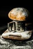 Ländliches Brot auf einem Mehlbrett Lizenzfreies Stockfoto