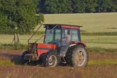 Ländliches Feld in Frankreich mit einem Traktor lizenzfreies stockfoto