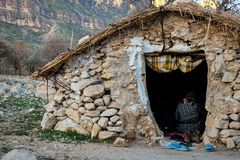 Ländliches Felsenhaus der Nomaden in Zagros-Bergen im Iran lizenzfreies stockbild