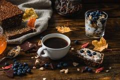 Ländliches Frühstück auf Holztisch Stockfoto