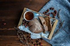Ländliches Frühstück mit Brot und Tee stockfotografie