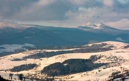 Ländliches Gebiet im Winter Karpaten Lizenzfreie Stockfotos