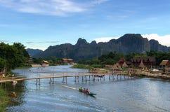 Ländliches Gebiet in Laos mit der hölzernen und Bambusbrücke, die das ri kreuzt stockfotografie