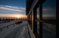Ländliches Haus außen mit Sonnenaufgang im Winter Lizenzfreie Stockfotografie