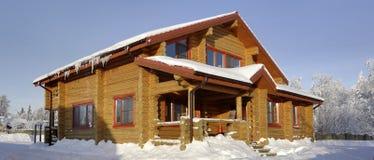 Ländliches Haus, Blockhaus der befleckten hölzernen gelben Farbe Stockfotografie