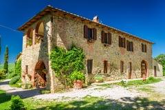 Ländliches Haus Toskana im Sommer stockbilder