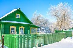 Ländliches Holzhaus im Winter umfasst mit Schnee Lizenzfreie Stockfotografie