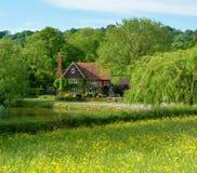 Ländliches Landhaus mit Teich Stockbilder