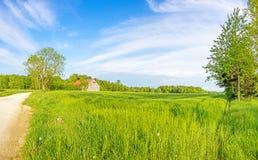 Ländliches Landschaftspanorama mit Weizenfeld und -scheune Stockfoto
