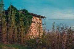Ländliches Steinhaus in der Landschaft Stockbild