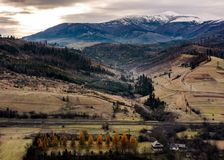 Ländliches Tal am Fuß des schneebedeckten Berges Lizenzfreie Stockfotografie