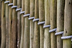 Längd av den wood fäktningen som binds med repet Royaltyfria Foton