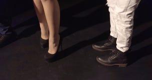 Längd i fot räknat av ben av att dansa för män och för kvinnor stock video