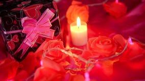 Längd i fot räknat av den ballon-, för gåvaaskar, blomma- och stearinljusbränningen Valentingarnering arkivfilmer