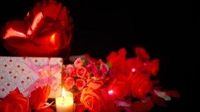 Längd i fot räknat av den ballon-, för gåvaaskar, blomma- och stearinljusbränningen Valentingarnering stock video
