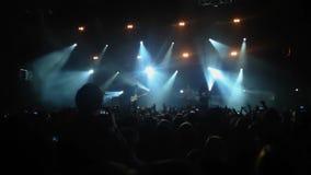 Längd i fot räknat av en folkmassa som festar på en vaggakonsert lager videofilmer