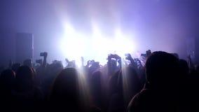 Längd i fot räknat av en folkmassa som festar på en vaggakonsert stock video