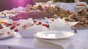 Längd i fot räknat av en svensk tabell som väntar på gästerna att att närma sig, skottet, flyttar sig från botten till överkanten stock video