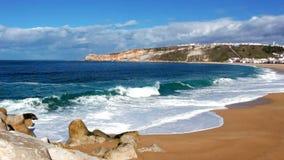 Längd i fot räknat av havvågor på kustlinjen på den soliga sommardagen lager videofilmer