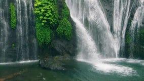 Längd i fot räknat av lyckliga par på vattenfallet reser till Thailand arkivfilmer