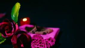 Längd i fot räknat av rosen, stearinljusbränningen, choklad och garneringvalentin
