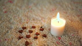 Längd i fot räknat av trähjärta- och stearinljusbränningen på sand vektor för valentin för pardagillustration älska