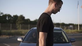 Längd i fot räknat av ungdomar- mannen och kvinnan får in i bilen Man är den öppna bildörren för hennes flickvän och går därefter lager videofilmer