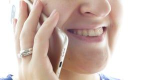 Längd i fot räknat för Closeup 4k av den rörande kvinnliga munnen och kanter, medan tala vid telefonen lager videofilmer