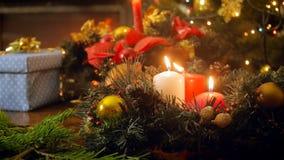 Längd i fot räknat för Closeup 4k av tre brännande stearinljus på julkransen lager videofilmer