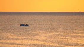 Längd i fot räknat för fiskebåt HD för orange soluppgång resande stock video