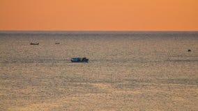 Längd i fot räknat för fiskebåt HD för orange soluppgång resande arkivfilmer