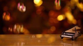 Längd i fot räknat för hd för bokeh för svarta pianosåpbubblor guld-