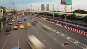 Längd i fot räknat för Tid schackningsperiod av upptagen trafik på solnedgångtid, på den Ramintra vägen arkivfilmer
